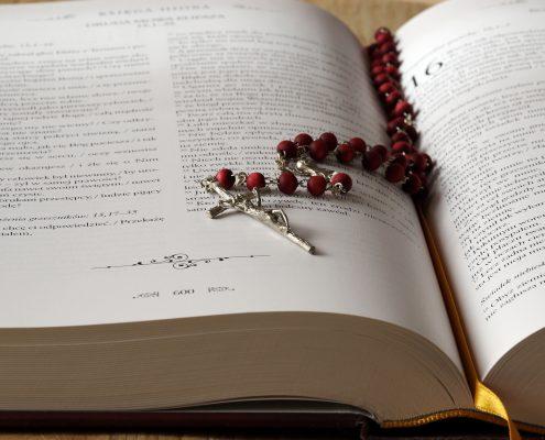 Rosenkranz auf Bibel