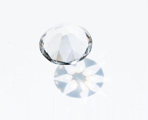 Diamant auf weißem Untergrund mit Schatten