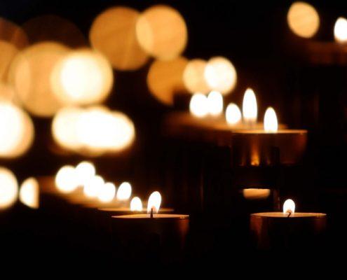 Brennende Kerzenlichter in dunklem Raum