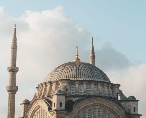 Moschee vor blauem Himmel und Wolken